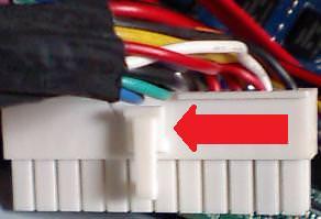 atx24ピンコネクタを抜く時の注意を示す写真