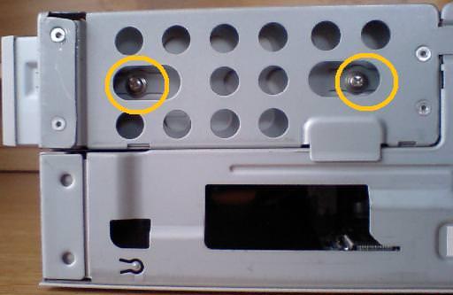 mk33lのDVDドライブを留めている2つのネジを示す写真
