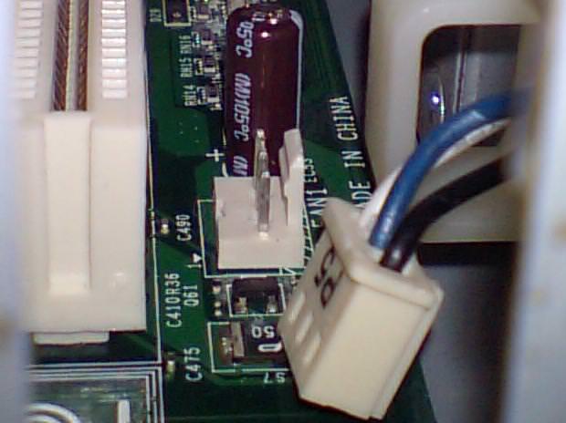 電源ユニット用ファンのコネクタを抜いた後を横から撮った写真