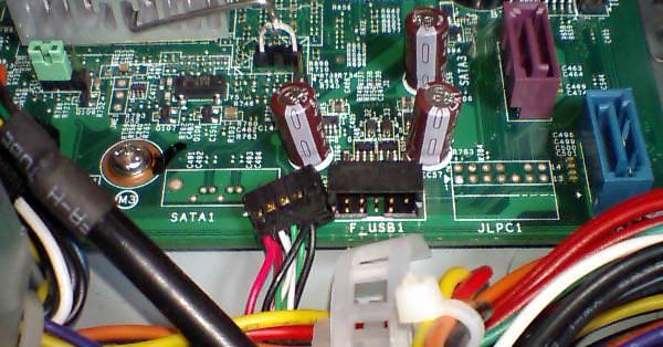 フロントパネルUSB端子用コネクタを抜いた後の写真