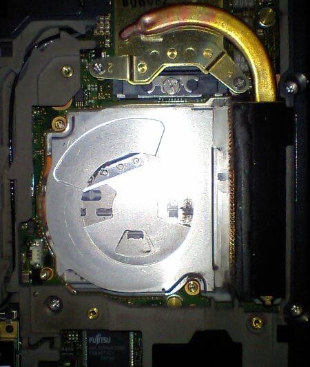 ファンを取り外した後のノートパソコン本体側の写真
