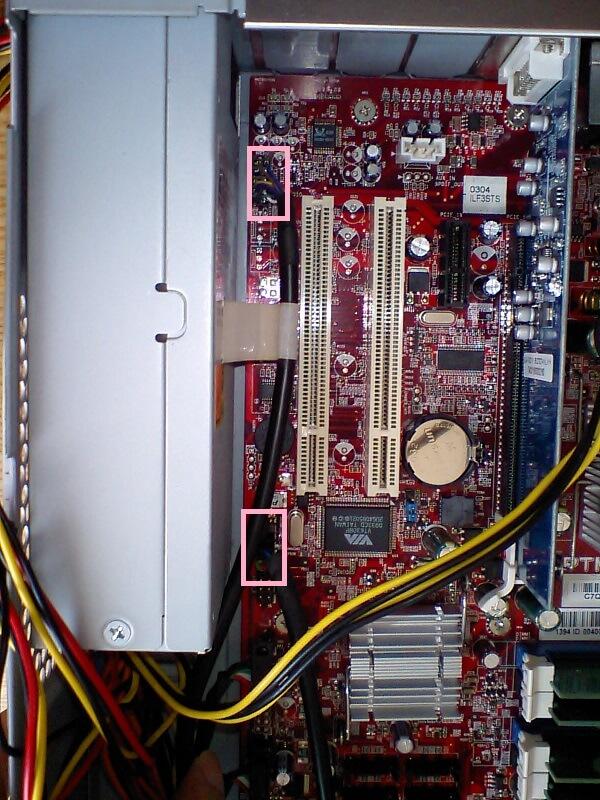 マザーボード上のコネクタの場所を示す写真 その2